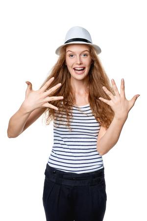numero diez: Cuenta de la mano - ocho dedos. verano de la mujer emocionada feliz en el sombrero de ala de la paja que indica el número diez con sus dedos