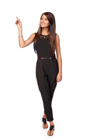 femme d'affaires heureux pointant vers le côté à l'espace exemplaire en blanc, portrait en pied, sur fond blanc
