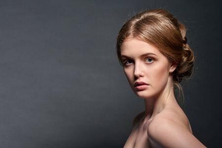gefesselt: Nahaufnahmeportrait der schönen Frau mit Retro-Frisur