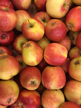 Vue de dessus des pommes rouges dans la pile Banque d'images - 79933816