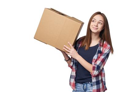 Levering, verhuizing en uitpakken. Glimlachende jonge vrouw met kartonnen doos geïsoleerd op een witte achtergrond