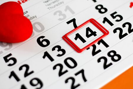 Calendar with red mark on 14 February. Red hearts decoration. Valentines day concept Foto de archivo - 138047492