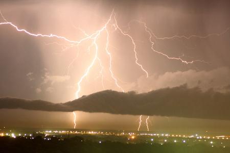 thunderhead: Lightning bolts over the city Stock Photo