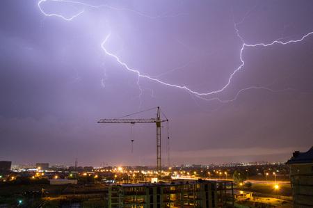 Rayo en Calgary. Relámpagos que iluminan el horizonte de Calgary Foto de archivo