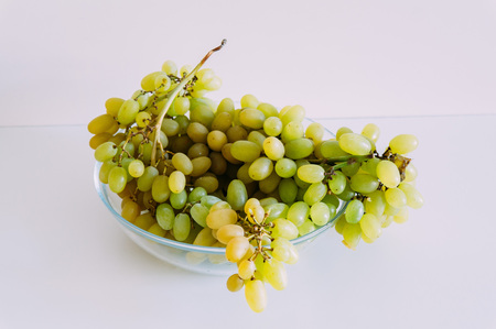 Fresh green grapes in basket. Isolated on white Banque d'images - 122430846