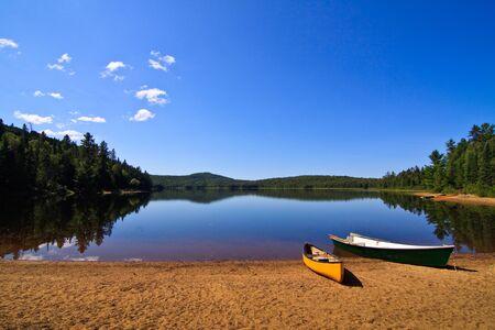 美しい湖の岸に行ボート 写真素材