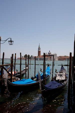 Venezia: Bacino di San Marco con le gondole e sullo sfondo l'isola di San Giorgio Editorial