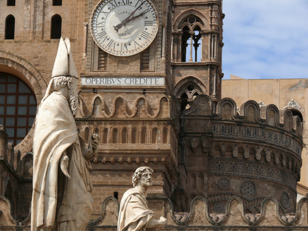 Statue of San Mamiliano.The exterior of the church houses a series of statues and a watch with a white marble dial. Banque d'images - 122615919