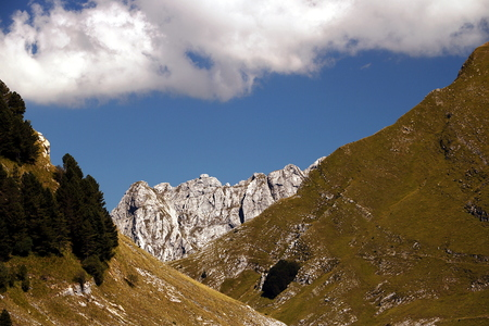 A landscape with Mount Sagro (right side) with clear skies and clouds. (Carrara, Toscana, Italy) Imagens