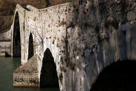 The bridge joins the two banks of the Serchio river and was built in medieval times. Banque d'images - 122618104