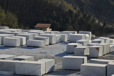 The blocks of white Carrara marble, after being extracted from the quarry, are deposited in outdoor squares, not far from the extraction sites. Banque d'images - 122618390