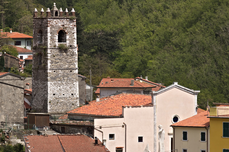 Colonnata, Carrara, Tuscany, Italy.  Overview of the village of Colonnata, where the famous lard is produced. The walls of the houses in stone and white Carrara marble. Woods background. Northern Tuscany. Stockfoto