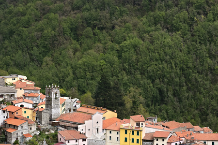 Colonnata, Carrara, Tuscany, Italy. View of the town of Colonnata, famous for the production of lard.The walls of the houses in stone and white Carrara marble. Woods background. Northern Tuscany. Stockfoto