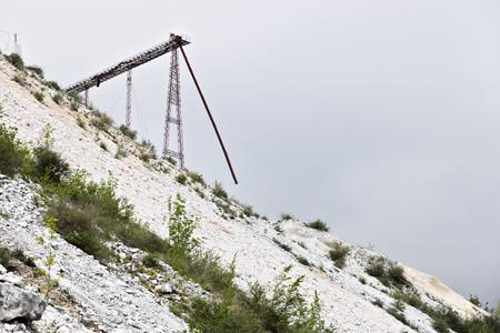 Carrara, Tuscany, Italy. White Carrara marble quarries. Industrial steel trellis. Italy, Tuscany. Stockfoto