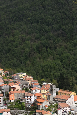 Colonnata, Carrara, Tuscany, Italy.View of the town of Colonnata, famous for the production of lard.The walls of the houses in stone and white Carrara marble. Woods background. Northern Tuscany. Stockfoto