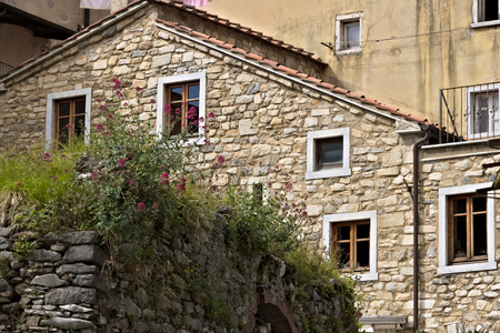 Colonnata, Carrara, Tuscany, Italy.  05162019.  House with walls in white Carrara marble in the town of Colonnata. The village, famous for its lard, is located in a valley of the Apuan Alps. Tuscany Stockfoto
