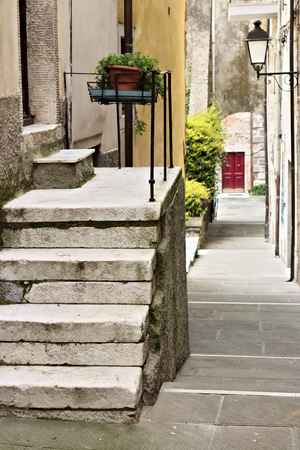 Colonnata, Carrara, Tuscany, Italy. Street of the ancient village of Colonnata, famous for the production of lard. The ancient village of white marble quarrymen is located above Carrara, in northern Tuscany. Stockfoto