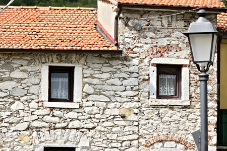 Colonnata, Carrara, Tuscany, Italy. House with walls in white Carrara marble in the town of Colonnata. The village, famous for its lard, is located in a valley of the Apuan Alps. Tuscany Stockfoto