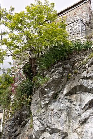 Colonnata, Carrara, Tuscany, Italy.  05162019. A typical village house built over the white marble rock. A view of a country road perched on the Apuan Alps mountains. Tuscany. Stockfoto