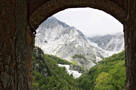Colonnata, Carrara, Tuscany, Italy. Mountains with the Carrara White Marble quarries seen from Colonnata. The ancient town of marble quarrymen is famous for the production of lard. Stockfoto