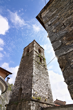 Colonnata, Carrara, Tuiscany, Italy. Bell tower of the church built with white marble pebbles. The ancient village, famous for its lard, is located in the heart of the Carrara marble quarries. Stockfoto