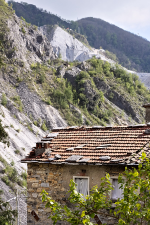 Colonnata, Carrara, Tuscany, Italy.  Ancient houses of the country of Colonnata near the white marble quarries. The village, famous for its lard, is located in a valley of the Apuan Alps. Tuscany. Stockfoto