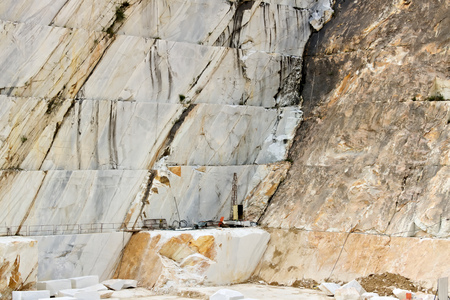 Apuan Alps, Carrara, Tuscany, Italy. A quarry of white marble. The precious white Carrara marble has been extracted from the Alpi Apuane quarries since Roman times. Stockfoto
