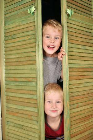 lurk: Bambini da armadio  Archivio Fotografico