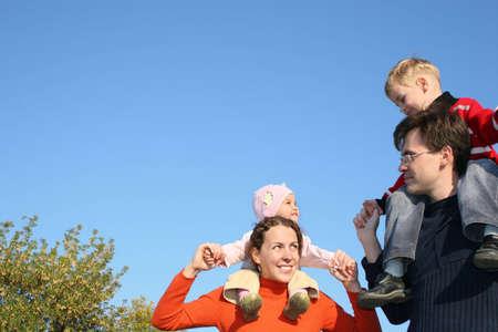 shoulder ride: Familia con los ni�os sobre los hombros