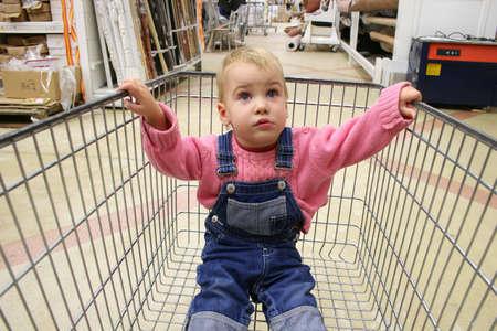 family mart: Baby nel negozio di trasporto  Archivio Fotografico