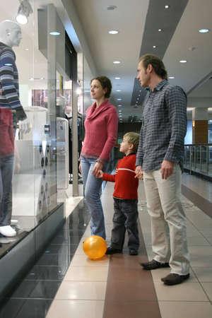 family mart: famiglia e finestra del negozio