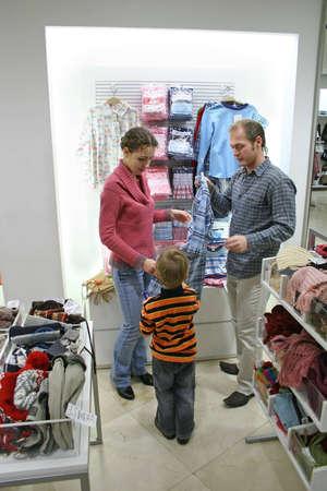 family mart: genitori con il bambino in negozio