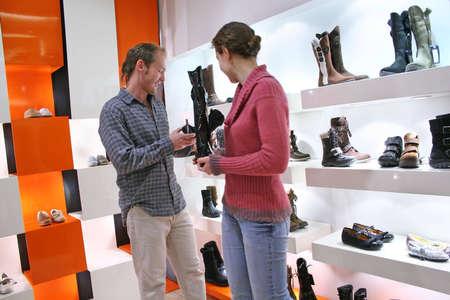 tienda de zapatos: pares en tienda de los zapatos