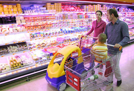 shopping carriage: family in food shop