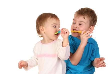 aseo personal: ni�os con los cepillos del diente