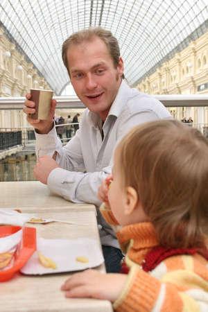 family mart: padre con bambino in Cafe  Archivio Fotografico