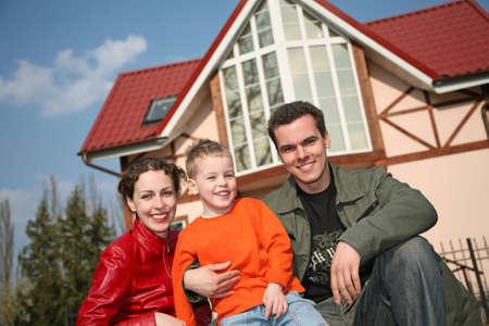 fachada de casa: Sonrisa familia y casa  Foto de archivo