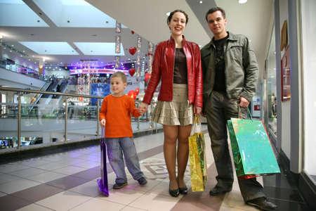 family mart: famiglia con bambino in shop