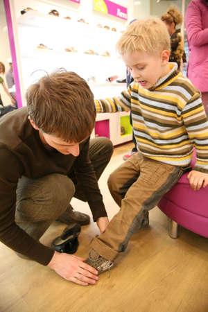 tienda de zapatos: Padre con el hijo en la tienda