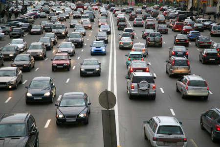 viele Autos auf der Straße Standard-Bild