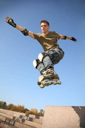 rollerblading: rodillo de 3 saltos Foto de archivo
