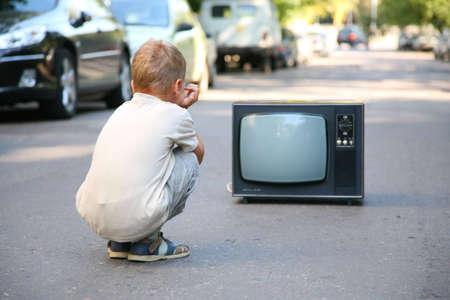 personas viendo tv: fuera de conexi�n