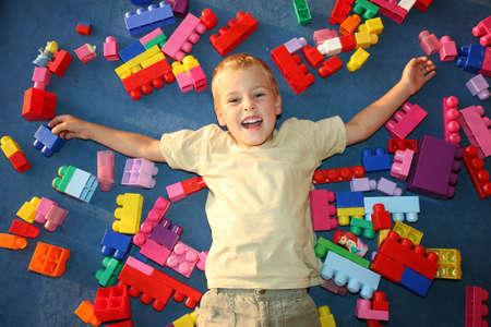 playroom: por la que se muchacho en el piso en juegos