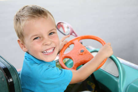 cycles: gar�on en voiture jouet