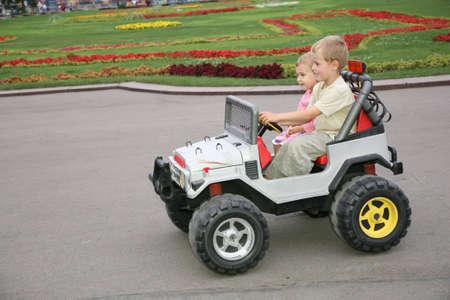 ciclos: muchacho y muchacha en coche del juguete