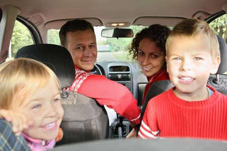 enfant banc: des parents avec des enfants en voiture  Banque d'images