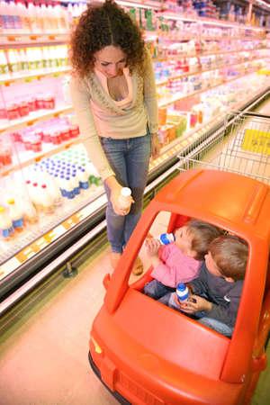 family mart: Madre con i bambini al supermercato