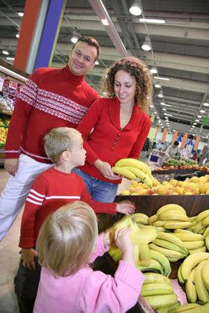 family mart: Genitori con bambino in negozio  Archivio Fotografico