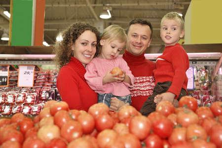 family mart: I genitori con figli in supermercato