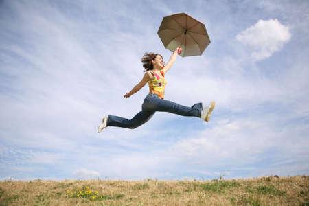 actitud positiva: volar mujer con paraguas
